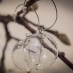Orecchini con sfere di vetro, chiusura ricurva