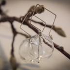 Orecchini con sfere di vetro, chiusura romboidale