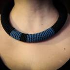 Collana tubolare all'uncinetto blu e nera